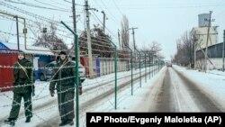 Російські прикордонники за колючою огорожею. Мілове, Луганська область