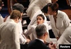 Gratë në Kongres, të veshura në të bardha.