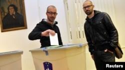 Гей-пара участвует в голосовании. Любляна. 25 марта 2012 года.