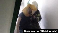 Эвакуация людей на пожаре в пгт Грэсовский, 5 августа 2021 года