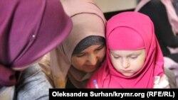 Qırımlı siyasiy mabüs Vadim Siruknıñ büyük qızı Amina Siruk babasına mektüp yaza