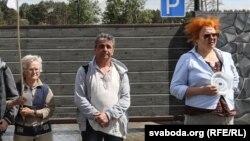 Ніна Багінская, Леанід Кулакоў і Вольга Мікалайчык пікетуюць рэстарацыю каля Курапатаў 5 чэрвеня