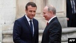 Emmanuel Macron, întâmpinându-l pe Vladimir Putin la Versailles, 29 mai 2017