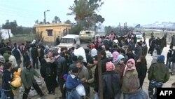 پليس مصر نتوانست مانع از ورود ساکنین نوارغزه به این کشور شود و صدها فلسطينی پس از شکسته شدن بخشی از ديوار مرزی با يک بولدوزر،از مرز عبور کردند.