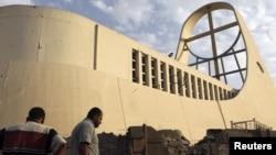 """مواطنون يتفحّصون آثار الهجوم على كنيسة """"سيدة النجاة"""" ببغداد"""