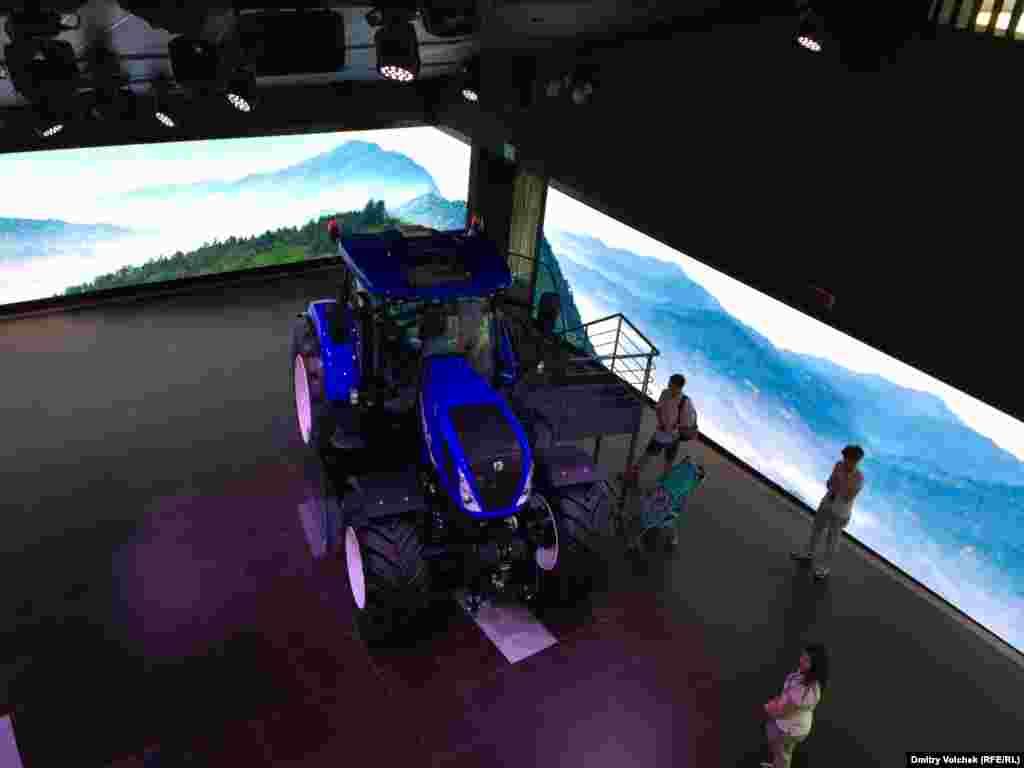 Огромные тракторы и комбайны фирмы New Holland похожи на вездеходы для путешествий по Марсу