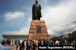Оппозиционные политики и гражданские активисты у памятника Абаю. Алматы, 19 мая 2012 года.