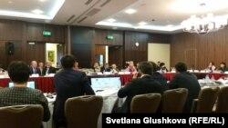 Ақпаратқа қолжетімділік туралы заң жобасын талқылауға келген депутаттар. Астана, 25 қыркүйек 2015 жыл.