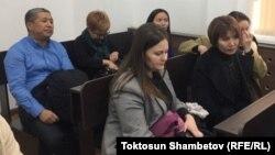 Данияр Нарымбаев, Наталья Никитенко, Айгуль Текебаева и другие в зале суда. 21 ноября 2017 г.