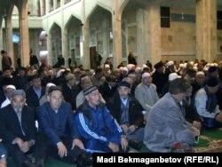 Казахстанские мусульмане в центральной мечети. Алматы, 8 ноября 2010 года. Иллюстративное фото.