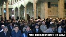 Казахстанские мусульмане в центральной мечети Алматы во время проводов паломников на хадж в Мекку. 8 ноября 2010 года.