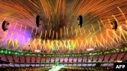 Фейерверк во время церемонии закрытия летних Олимпийских игр в Лондоне, 12 августа 2012 г.