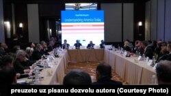 """Učesnici okruglog stola """"Amerika danas"""" u beogradskom hotelu Hajat"""