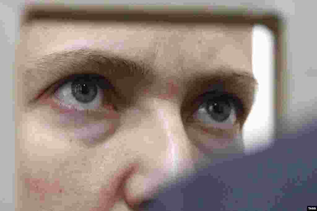 """Савченко в """"стакане"""" для обвиняемых в суде города Донецк Ростовской области. 3 марта 2016 года."""