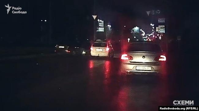 Залишаючи аеропорт, знімальна група знову помітила це авто