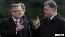 Президент України Петро Порошенко (праворуч) та президент Польщі Броніслав Коморовський. Київ, 8 квітня 2015 року