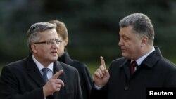 Президент Украины Петр Порошенко (справа) и президент Польши Бронислав Коморовский. Киев, 8 апреля 2015 года.