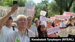 Участники санкционированного митинга за свободу мирных собраний в сквере за кинотеатром «Сары-Арка». Алматы, 30 июня 2019 года.