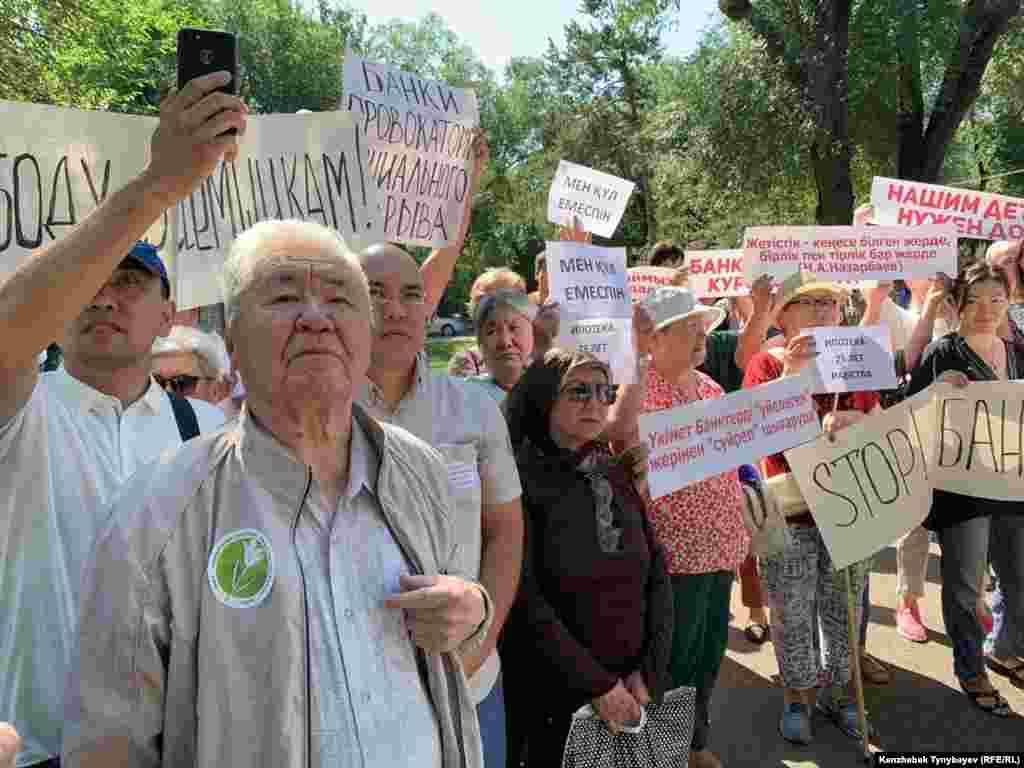Митинг в Алматы собрал сотни участников.