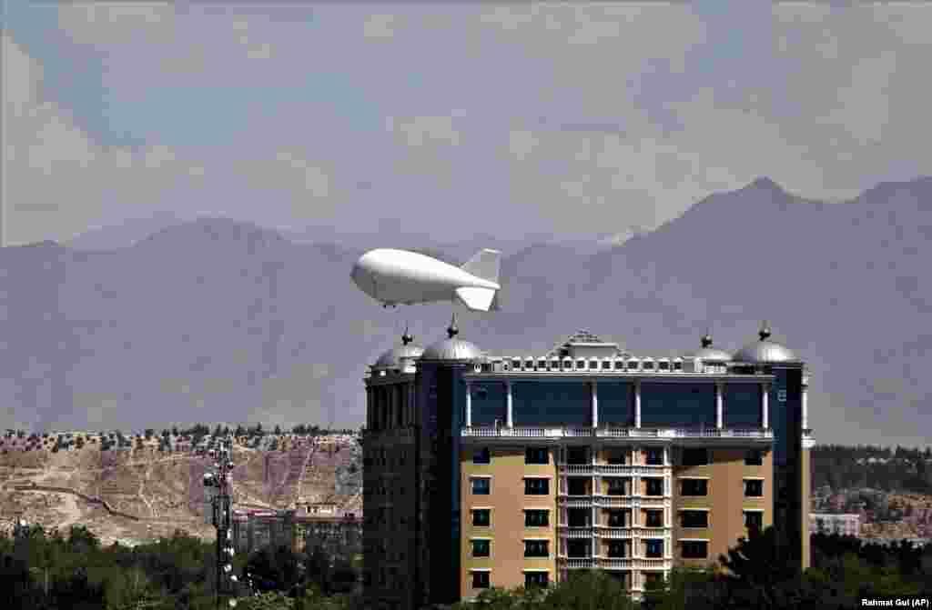 Воздушный шар наблюдения летит над столицей Афганистана Кабулом