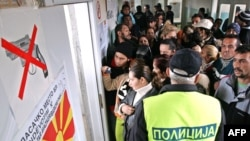 Луѓе чекаат да гласат за изборите во 2009-та
