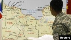 Италиялык жоокер Ливиянын картасын карап жатат, 26.04.2011