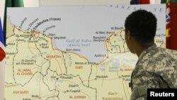 Италиялык жоокер Ливия мамлекетинин картасын карап жатат.