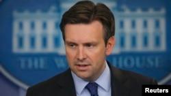 Пресс-секретарь Белого дома Джош Эрнест объявляет о размещении американских военнослужащих в Сирии. Вашингтон, 30 октября 2015 года.