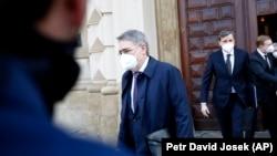 Посол России в Чехии Александр Змеевский на выходе из здания МИД страны. Прага, 21 апреля 2021 года.
