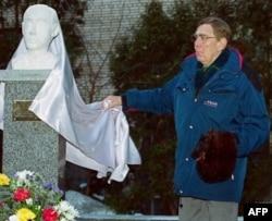 Январь 2001: Ян Валленберг, кузен Рауля Валленберга, открывает его бюст в Москве