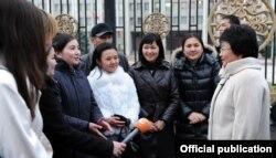 Отунбаева акциянын катышуучулары менен жолугушуу маалында