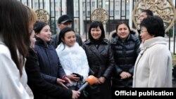 Роза Отунбаева с молодежными активистами