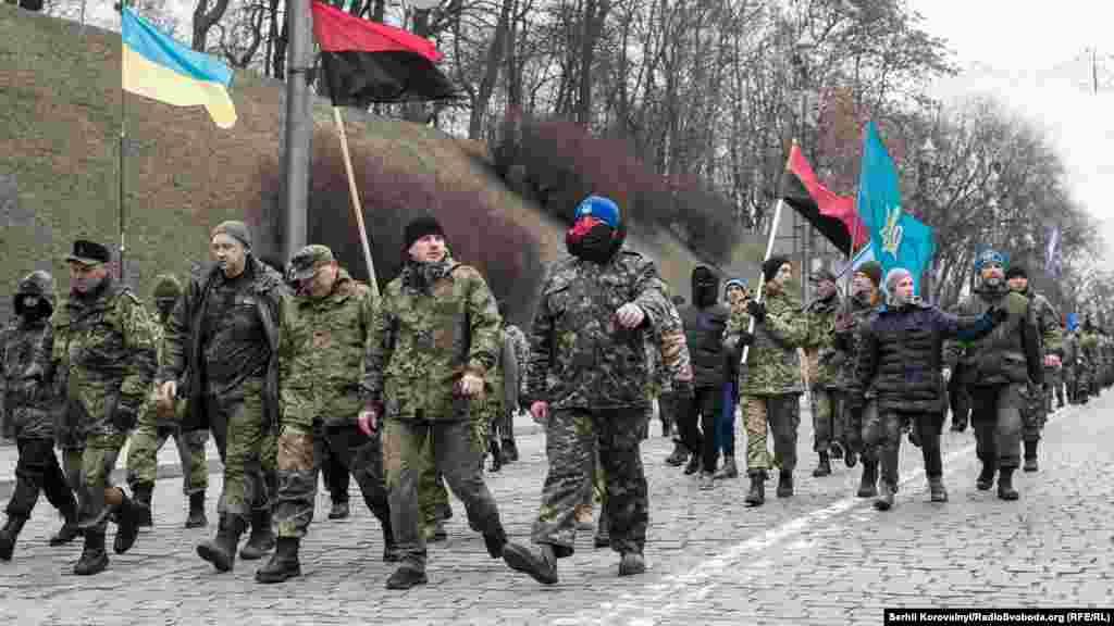 Націоналісти з добровольчого батальону «ОУН» після того, як розгромили офіс Ахметова, відділення «Сбербанку Росії», а також «Альфа-банку», йдуть ходою на віче на майдан Незалежності