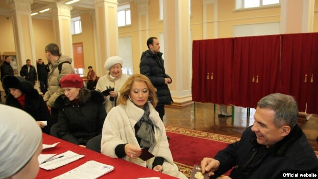 Tatarstan President Rustam Minnikhanov and his wife, Gulsina, vote in Kazan.