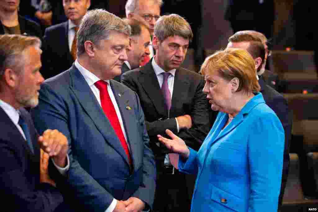 УКРАИНА - Претседателот на Украина Петро Порошенко изјави дека се согласува со американскиот претседател Доналд Трамп дека гасоводот Северен тек 2 претставува опасност за Европа. Порошенко оцени дека овој гасовод е апсолутно политички проект и оти е опасност за енергетската безбедност и конкурентноста на Европа.