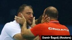 Hrvatski vaterpolo trener Ivica Tucak čestita treneru Srbije Dejanu Saviću olimpijsko zlato