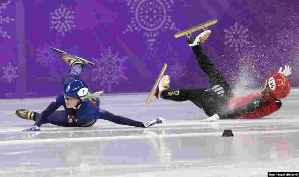 Британка Элис Кристи и Ли Цзиньюй из Китая не поделили дорожку на состязаниях по шорт-треку на дистанции 1500 метров. Завершилось это падением. 17 февраля 2018 года.
