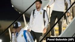 Аргентинский футболист Лионель Месси спускается по трапу после прибытия в Москву. 9 июня 2018 года.