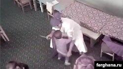 Воспитательница детского сада в Узбекистане, держа в правой руке нож, левой пытается снять с ребенка штаны, грозя нанести ему рану.