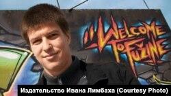 Писатель и режиссер Горан Войнович на фоне граффити из района мигрантов в Любляне