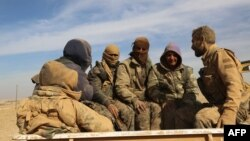 Силите на СДФ седат на задниот дел на камион во селото Абу ал - Лај, околу 50 километри северно од Рака. 7 неоември 2016