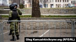 В международный день прав человека центральная площадь Симферополя была перекрыта спецслужбами и «самообороной»