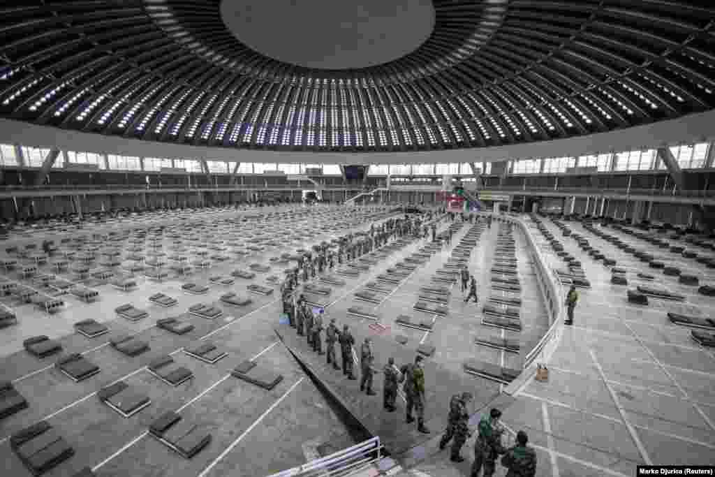 Сербские военные переделывают под временную больницу зал Выставочного комплекса в Белграде. Он готов к приему пациентов с формами COVID-19 средней тяжести, не требующих аппаратов ИВЛ и интубации. В Сербии на 27 апреля больше 8 тысяч инфицированных, 156 человек скончались. Фотография сделана 24 марта