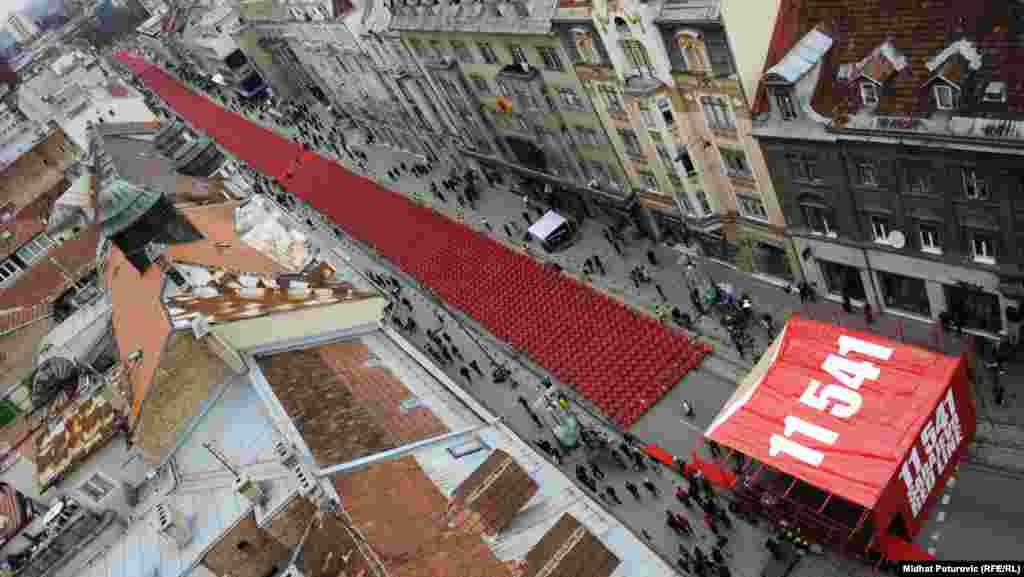 """20 лет со дня начала войны в Боснии. """"Красная лента Сараево"""" - 11 541 красный стул, по числу жертв блокады города с 1992 по 1996 годы"""