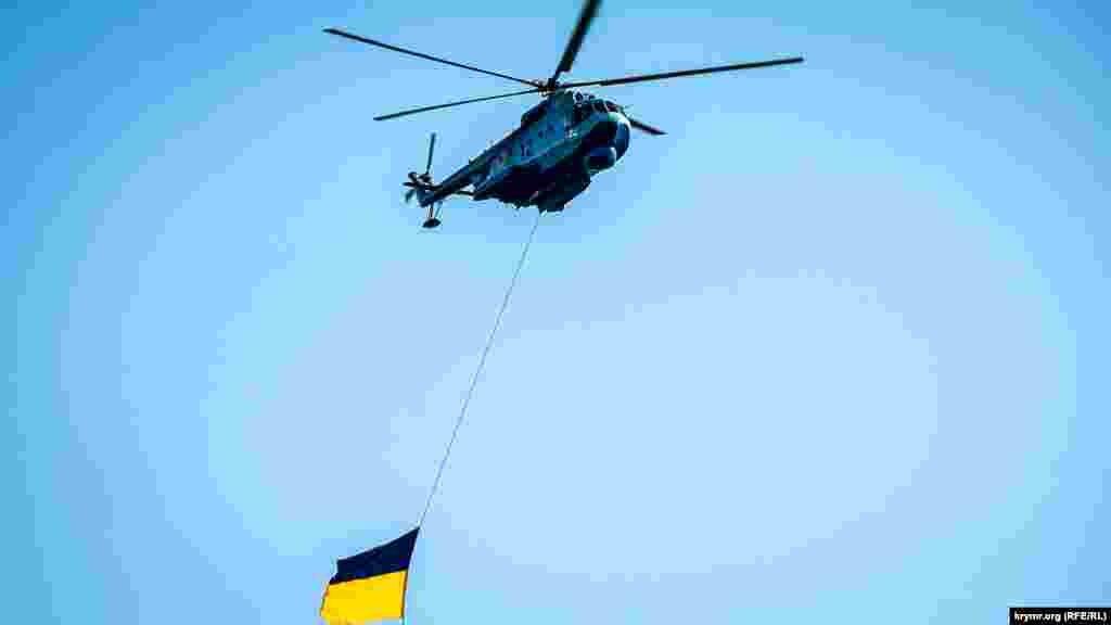 Odesada Ukraina Qara deñiz flotunıñ yüz yıllığına bağışlanğan tantanalı tedbirde helikopterler uça edi