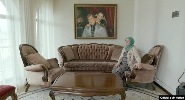 Айза Ахмадова в своем доме. На стене – портреты ее супруга и дочери Амины