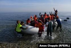 Човен з мігрантами прибуває на острів Лесбос. 28 лютого 2016 року