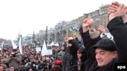 Леван Гачечиладзе приветствует своих сторонников на митинге грузинской оппозиции