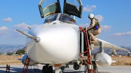 Пилот российского Су-24 в Сирии готовится к вылету на боевое задание. Возможно, 24 ноября был сбит именно этот самолет