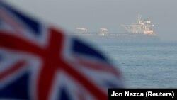 Гибралтар бұғазындағы Ұлыбритания туы. 14 тамыз 2019 жыл.